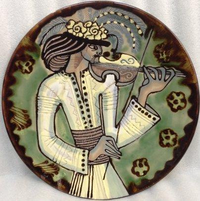 Декоративная тарелка «Гуцул со скрипкой», авторская  ЛКСФ 1970 е - Курочка Мария Ефимовна
