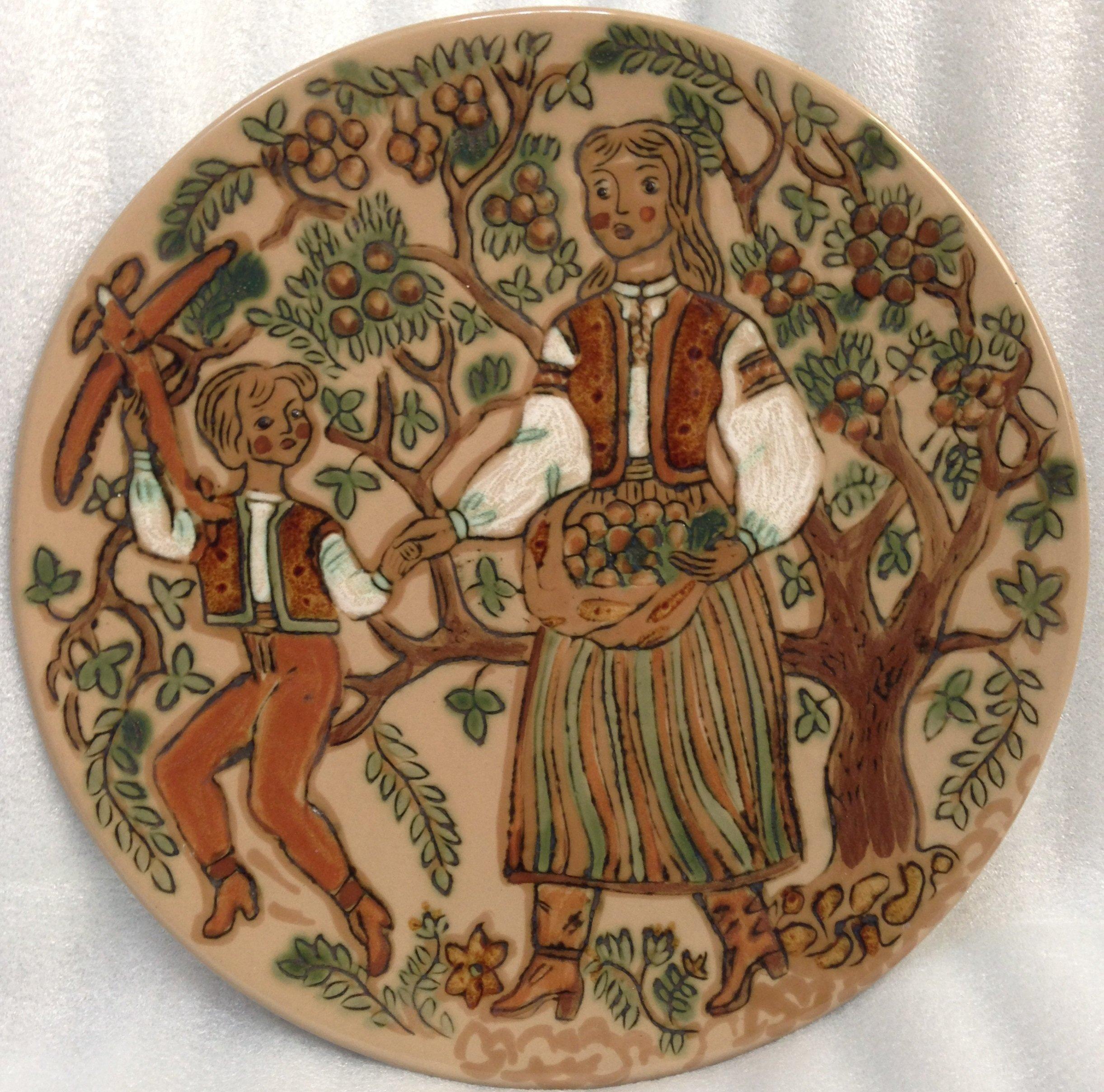 Декоративная тарелка «В саду» ЛКСФ 1970 е - Декоративная тарелка «В саду» ЛКСФ